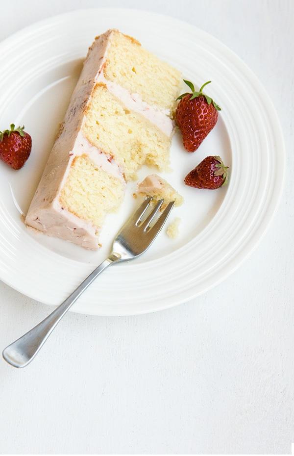 Голый торт с клубникой и тимьяном на новый год