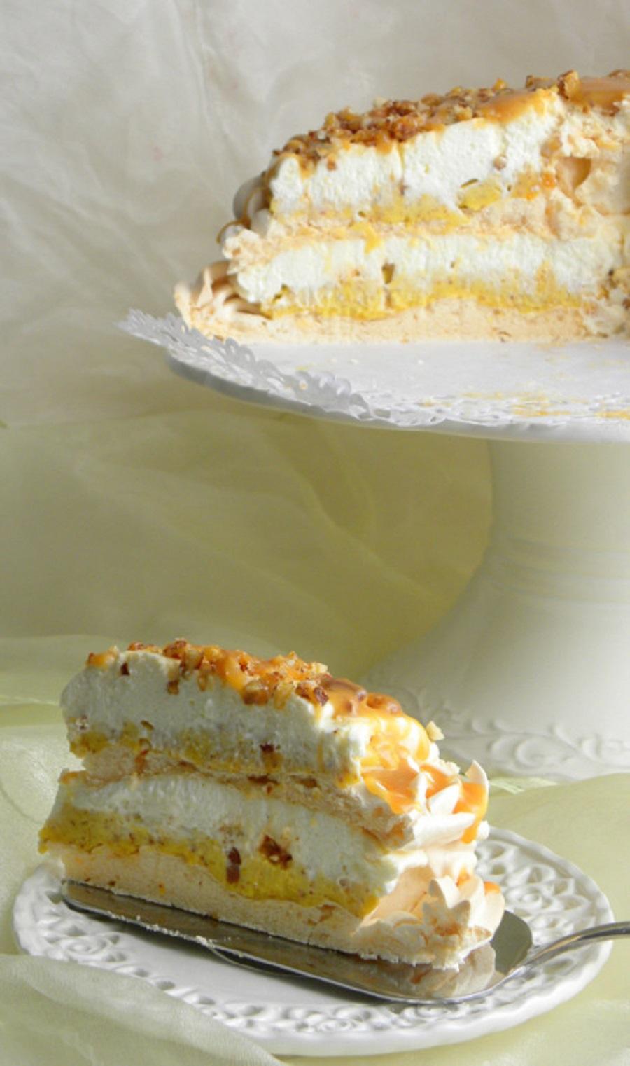 mindalnyj-krem-i-beze-tort