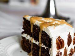 Имбирный пряник с орехами пекан, с карамельным соусом