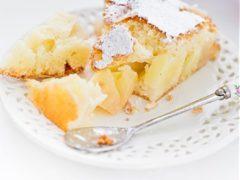 Бисквитная пышная шарлотка с грушами — простой рецепт