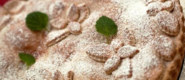 Шарлотка с яблоками на песочном тесте