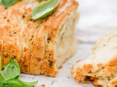 Хлеб с травами, чесноком и пармезаном