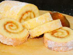 Бисквитный миндальный рулет с абрикосовой начинкой