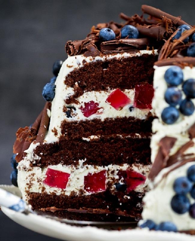 Шоколадный торт с черникой с ванильным кремом и желе