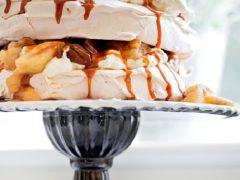 Торт безе с яблоками и карамельным соусом