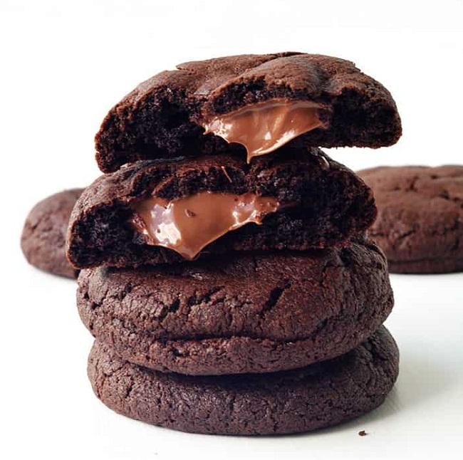 Шоколадное печенье с трещинками и начинкой из Нутеллы