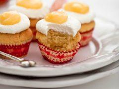 Пасхальная выпечка: кексы на Пасху со взбитыми сливками