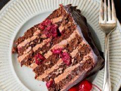 Шоколадный торт с вишней и шоколадным кремом, рецепт