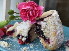 Сдобные булочки с черникой, посыпанные крошкой — лучший рецепт