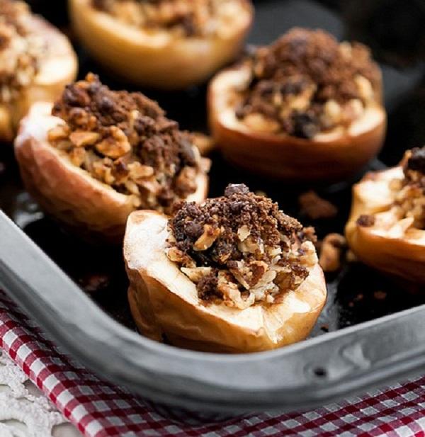 Печеные яблоки с орехами и черносливом, лучший рецепт