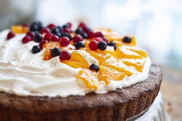 бисквитный открытый пирог со свежей ягодой