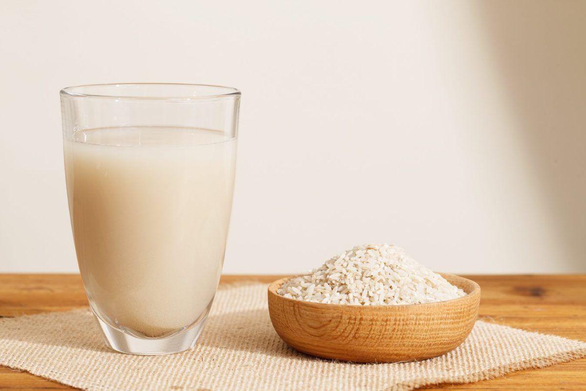 рисовое молоко из белого риса в стакане
