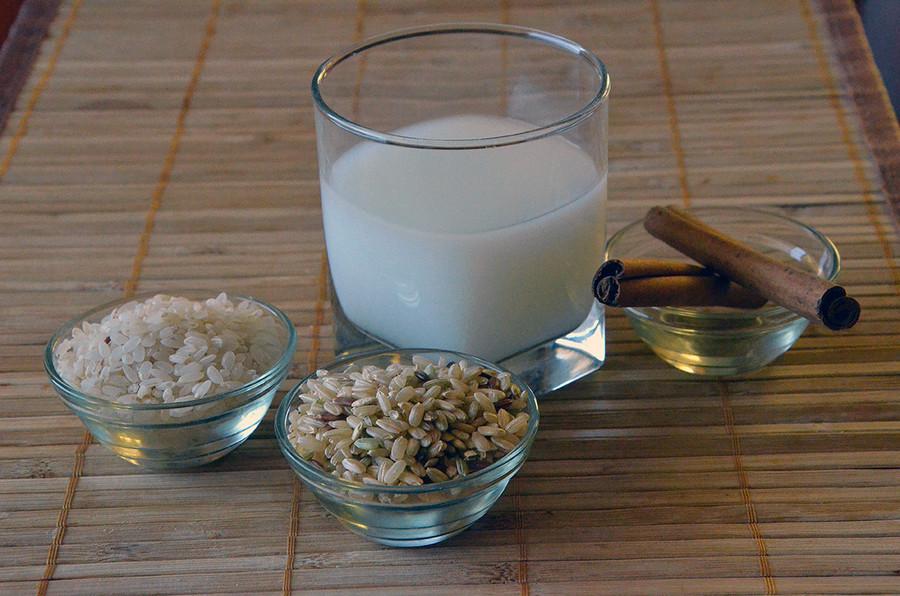 стакан рисового молока с корицей